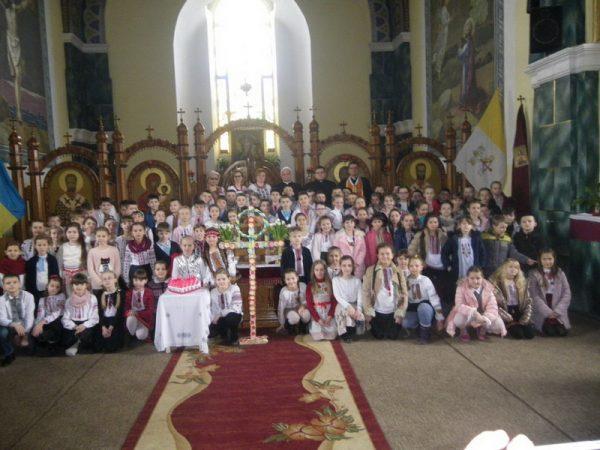 Понад сто дітей молилися Хресну дорогу в храмі святого Йосафата м. Коломиї
