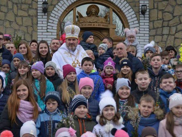 У Вербну неділю владика Василій (Івасюк) молився з численною молоддю м.Яремче