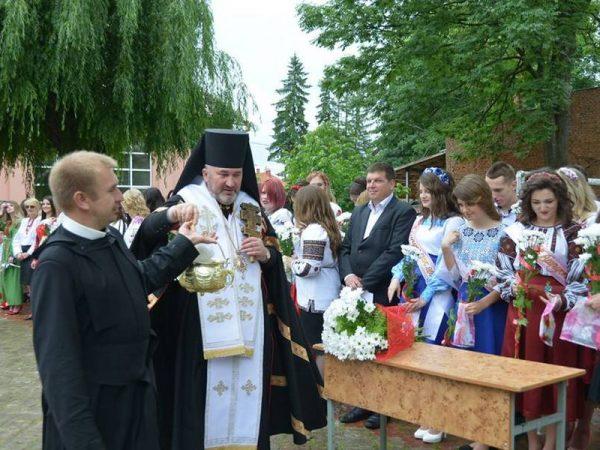 Владика Василій благословив 160 випускників Коломийського педколеджу