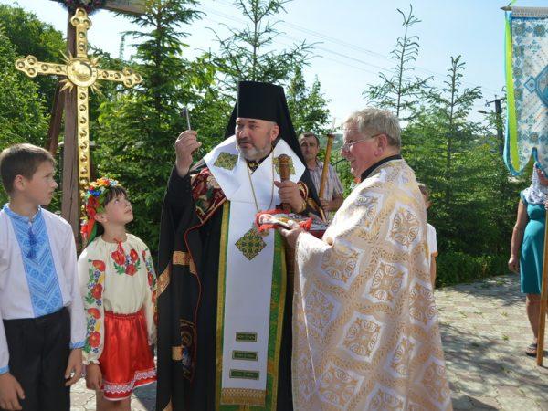 Єпископ звершив освячення куполів і хреста для храму с.Тростянець