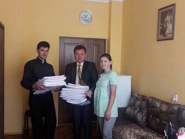 """Представники """"Карітасу Коломиї"""" завітали до районної лікарні з подарунками"""
