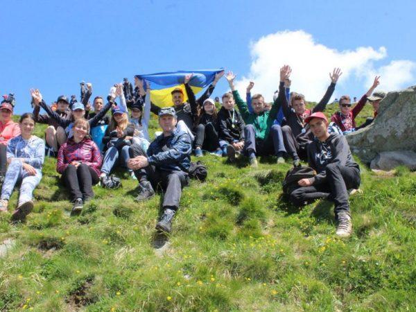 На вершині найвищої гори України молодь помолилась за сімейні цінності