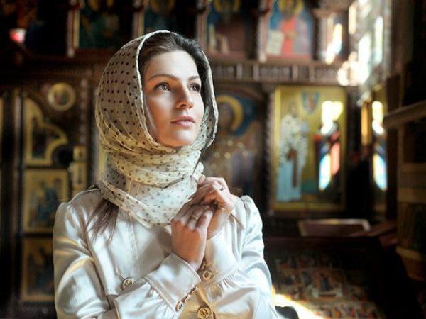Чи потрібно жінці вдягати хустку під час молитви?