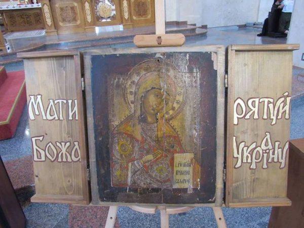 """У Катедральному соборі м.Коломия виставлено фронтову ікону """"Богородиця єднання"""""""