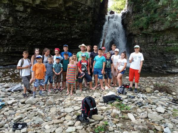 """Літній табір для учасників спільноти """"Агапе"""" завершився незабутньою поїздкою до водоспаду"""