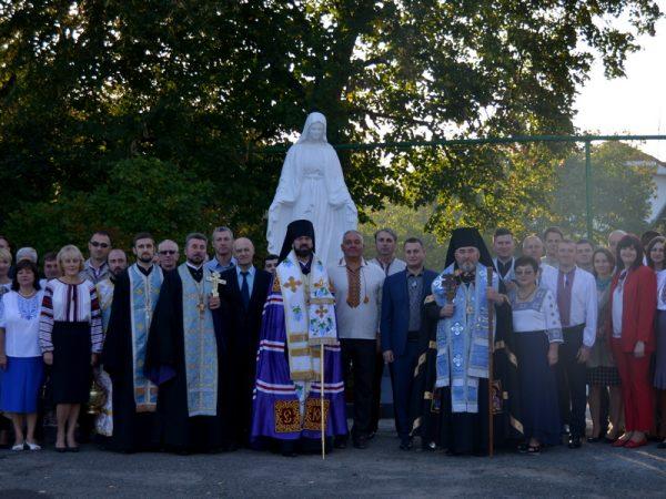 На подвір'ї Коломийської РДА освятили статую Матері Божої (відео)