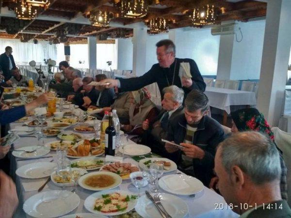 Благодійний обід для малозабезпечених людей похилого віку