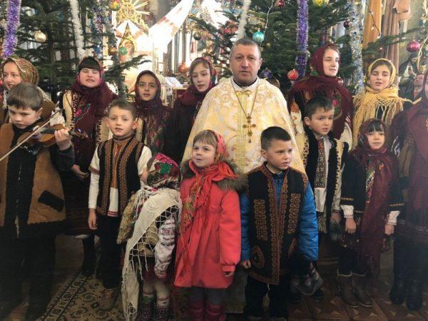 Декан Березівський спільно з молоддю привітав парафіян з Різдвом