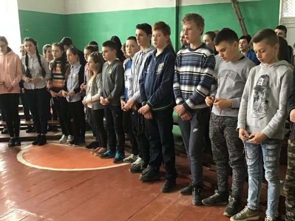 У Лоївській ЗОШI-IIIcт. проведеновиховну годину до Дня пам'ятіабортованих дітей