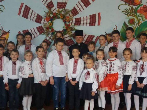 Учні Ісаківського НВК помолились Хресну дорогу