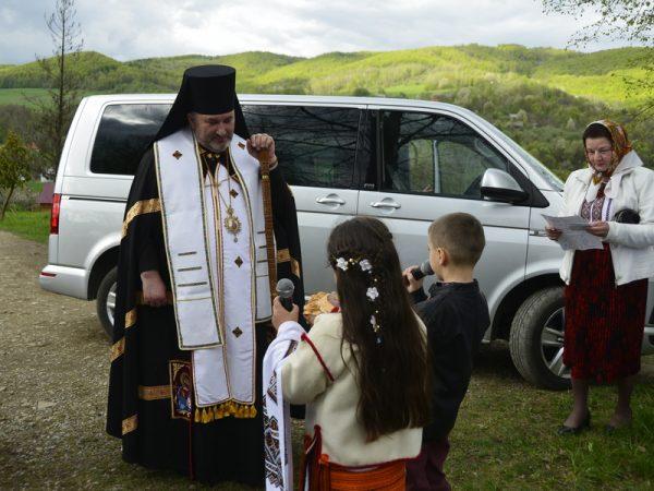 Владика Василій освятив фігуру матері Божої у с. Середній Березів
