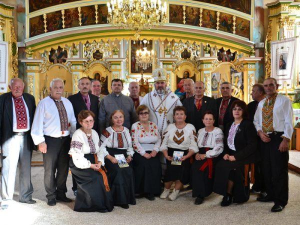 Владика Василій помолився спільно з парафіянами с. Волосів
