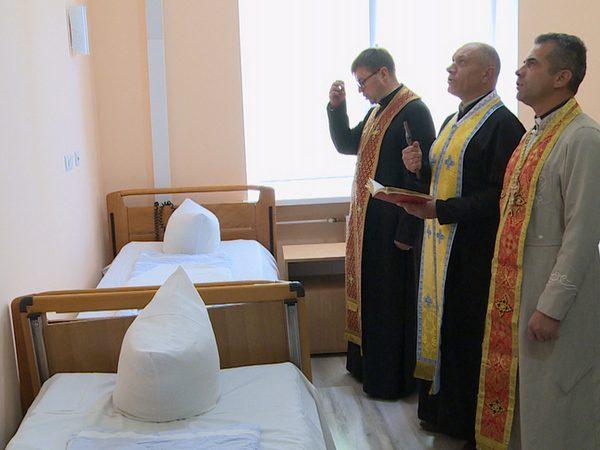 Військові капелани освятили відремонтовану палату в обласному госпіталі (відео)