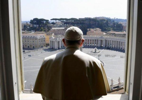Святіший Отець молитиметься перед чудотворним розп'яттям, що вберегло Рим