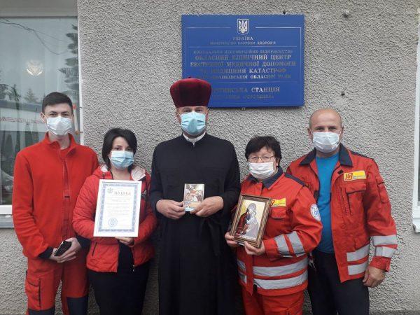 Медичний капелан Городенки передав вітання медикам від владики Василія