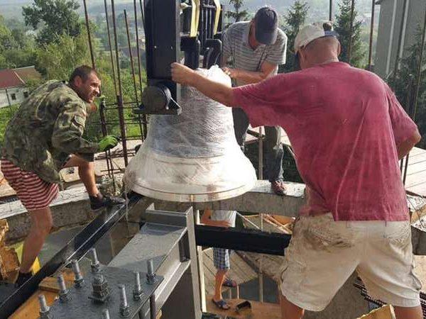 В Отинії встановили церковні дзвони