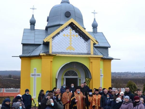 Владика Василій освятив оновлену каплицю святої великомучениці Варвари у с. Ворона