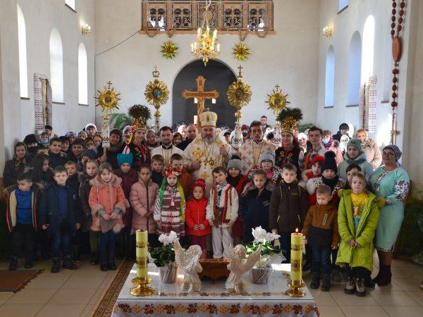 У неділю Праотців владика Василій Івасюк очолив подячну Божественну Літургію у с. Ворона