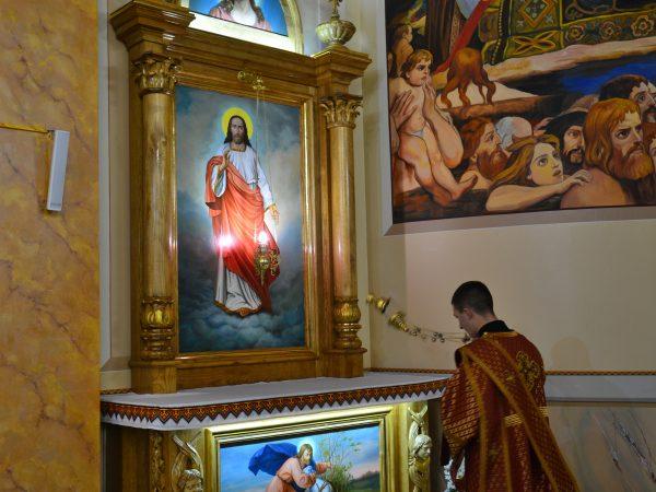 У храмі Зіслання Святого Духа м. Отинія освятили бічні престоли