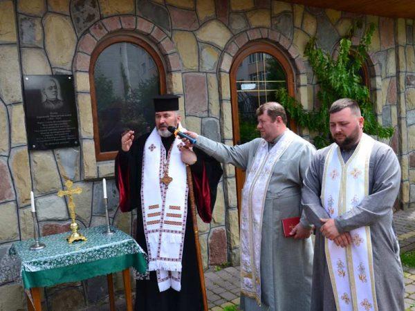Владика Василій освятив пам'ятну дошку о. Корнилію Мандичевському у Надвірній